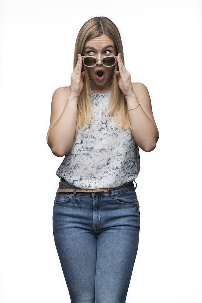 Imagen mujer probándose gafas de Carolina Herrera