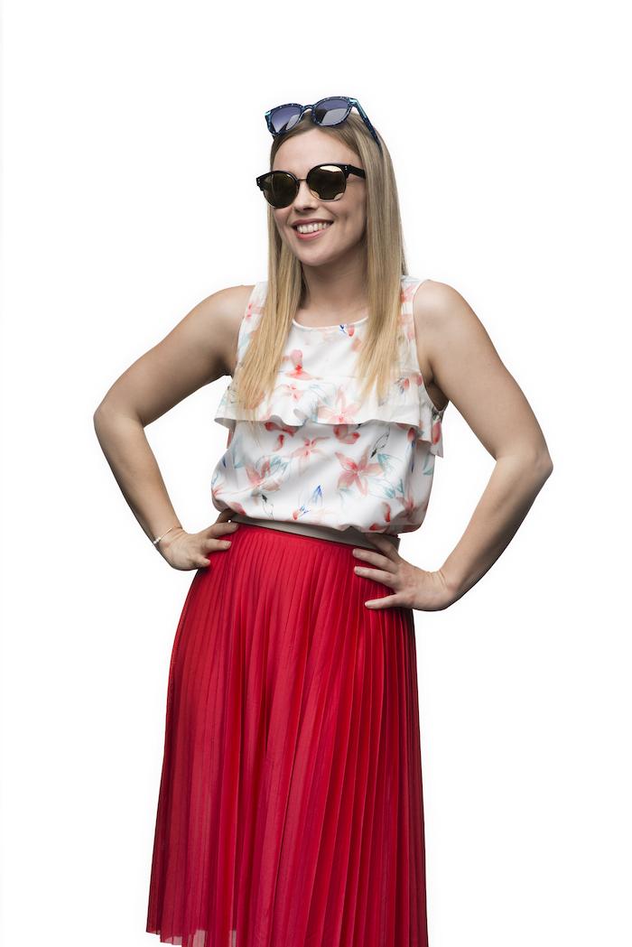 Imagen mujer rubia probándose dos pares de gafas de sol